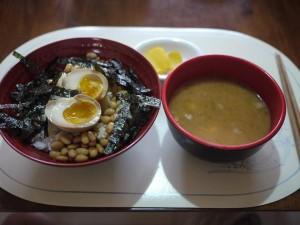 納豆どんぶりの味つけ半熟卵とのり添え